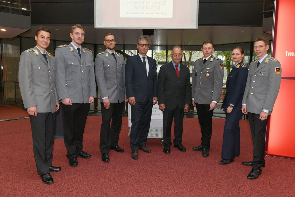 Sechs Offiziere in Uniform und zwei Herren im Anzug
