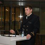 EIn junger Mann in Marineuniform hinhterm Rednerpult