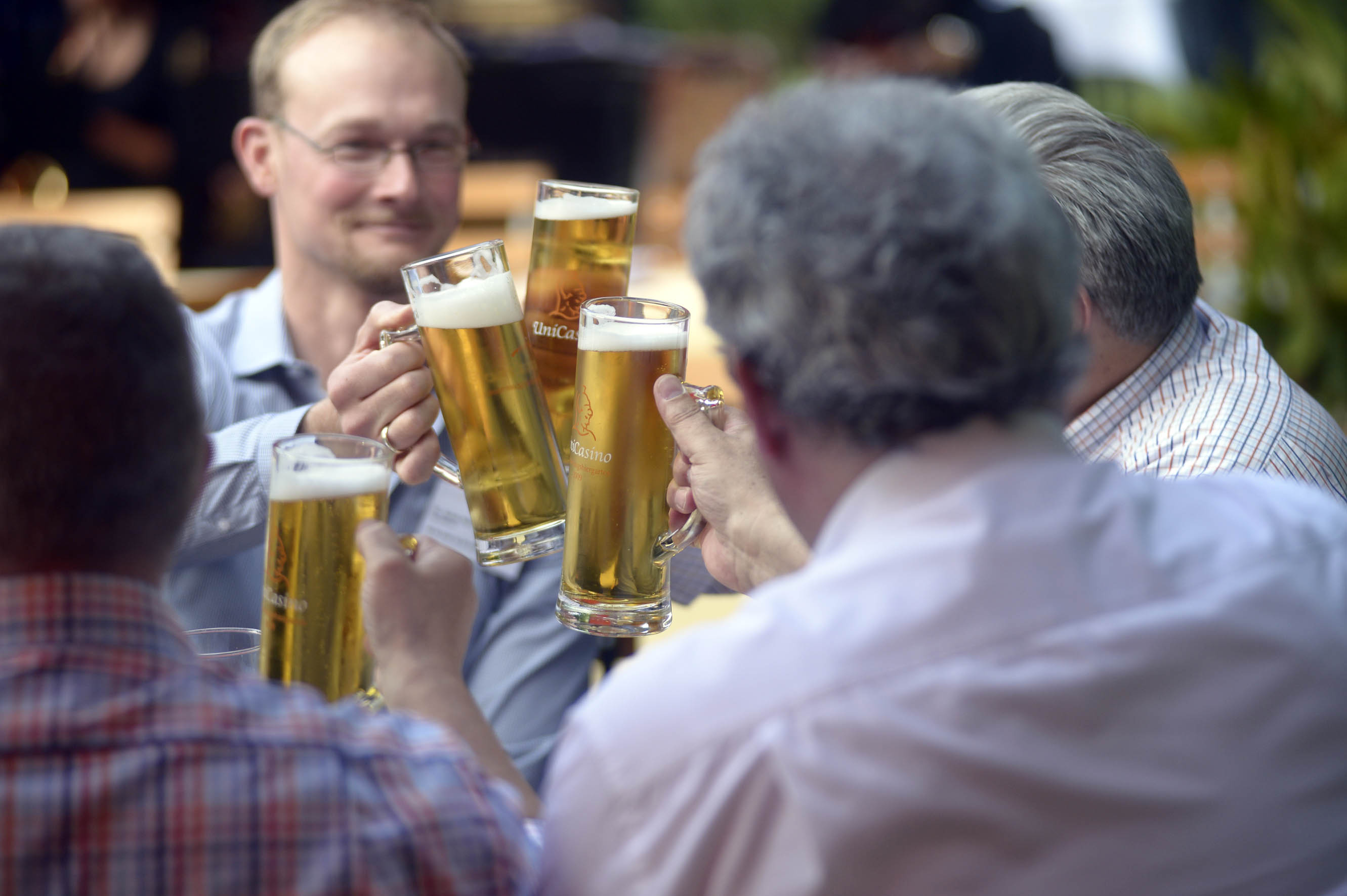 Männer mit großen Biergläsern