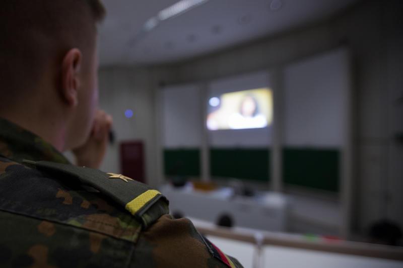 Ein Soldat im Rang eines Oberfähnrich zur See sitzt in einem Hörsaal