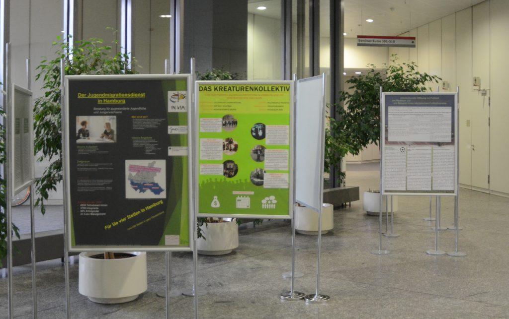 Eine Reihe von Moderatorentafeln mit verschiedenen Postern