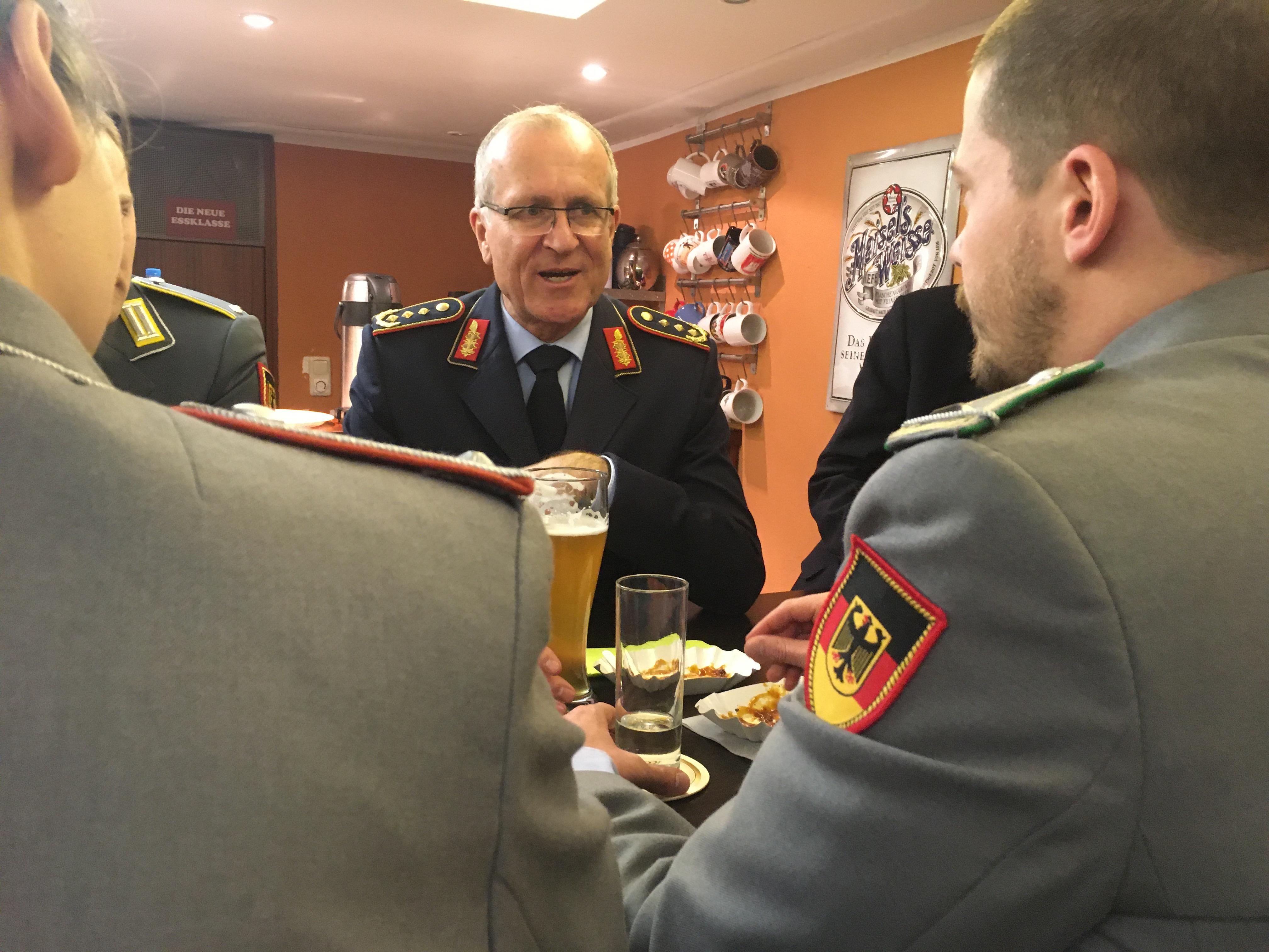 Offiziere in Heeresuniform, dazwischen ein General in Luftwaffenuniform.