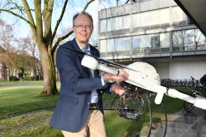 Ein Mann mit einem Quadrocopter