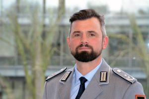 Ein Soldat in der Uniform eines Offiziers des Heeres