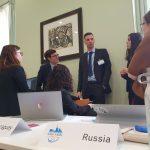 """Studierende beraten in informellen Ausschüssen auf eine mögliche Koalition hin. In sogenannten """"unmoderated caucus"""" werden Resolutions- Entwürfe erarbeitet und diskutiert."""