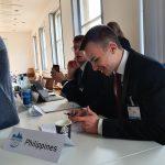 Die Arbeit eines Delegierten findet nicht nur in Ausschüssen statt, sondern bedeutet auch, Informationen zu aktuellen Politiken und Krisen des Landes in Verhandlungen einfließen zu lassen.