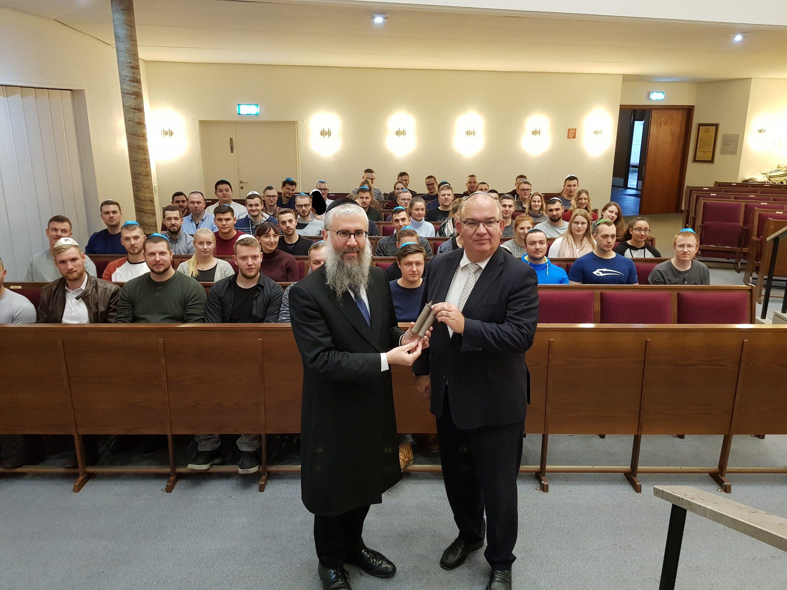 HSU-Präsident Prof. Dr. Klaus Beckmann überreichte dem Landesrabbiner der Freien und Hansestadt Hamburg Shlomo Bistritzky ein per 3D-Druck im OpenLab der HSU gefertigtes Modell einer Tora-Rolle.