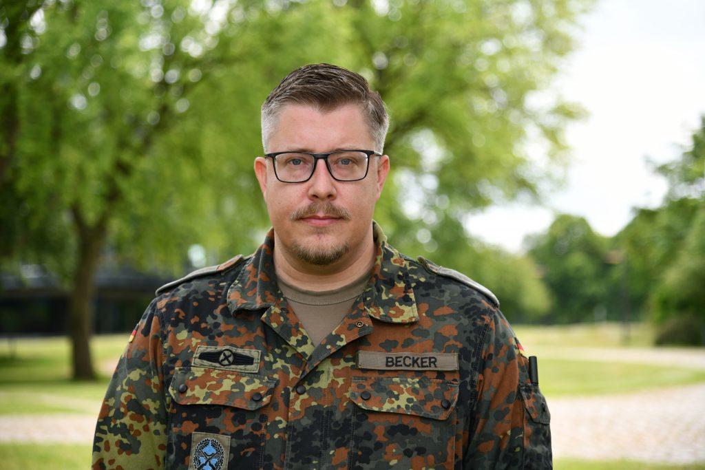 Ein Mann im Feldanzug der Bundeswehr