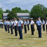 Soldatinnen und Soldaten in Sommeruniformen stehen mit großem Corona-Abstand in Reih und Glied