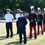 Sechs soldaten in französischen Traditionsuniformen