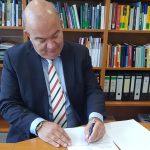 Generalstabsarzt Dr. Stephan Schoeps und HSU-Präsident Prof. Dr. Klaus Beckmann unterzeichnen die neue FIM-Verwaltungsvereinbarung.