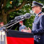 Ein Mann in der Uniform eines Generalmajors der Luftwaffe hinter einem Rednerpult