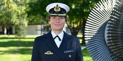Eine Frau in der Uniform eines Marineofiziers