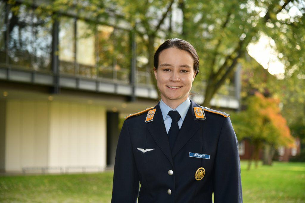 Eine junge Frau in der Uniform eines Luftwaffenleutnants