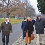 Eine Gruppe von Menschen läuft auf der Straße