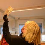Eine Frau hält ein Foto ins Licht