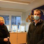 Eine Dame und ein Mann, beide mit Mund-Nasen-Schutz