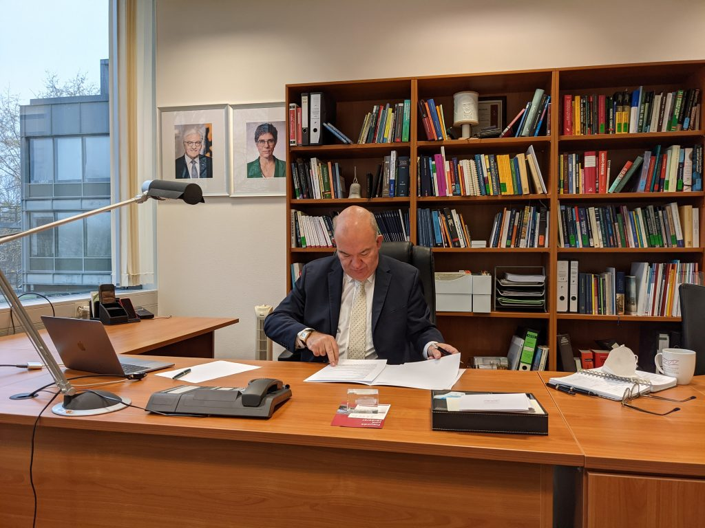 """HSU-Präsident Prof. Dr. Klaus Beckmann unterzeichnet die beiden """"Cooperation Agreements"""" mit der Erasmus Universität Rotterdam und der Universität Leiden."""