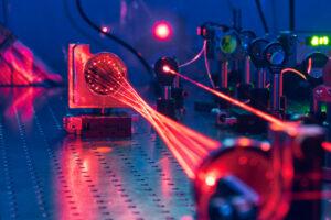 Rote Laserstrahlen im Labor