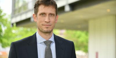 Ein Mann im dunklen Anzug mit Krawatte. Es ist Univ.-Prof. Dr. Dominik Kreß, Professur für Betriebswirtschaftslehre, insbesondere Beschaffung und Produktion