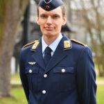 Ein junger Mann in der Uniform eines Leutnants der Luftwaffe