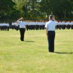 Ein heeressoldat und ein Luftwaffensoldat salutieren voreinander.
