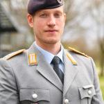 Ein junger Mann in der Uniform eines Oberleutnants des Heeres
