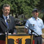 Ein Mann in einem blauen Anzug spricht in zwei Mikrofone