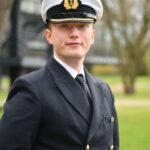 Ein junger Mann in der Offiziersuniform der Marine