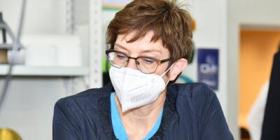Die Bundesministerin der Verteidigung trägt einen Mund-Nasen-Schutz