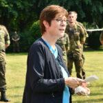 Eine Frau steht in der Mitte zwischen lauter Soldaten