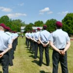Soldaten mit bordeauxroten Barretten