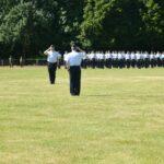 Zwei Luftwaffensoldaten salutieren