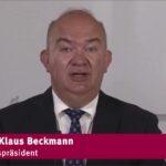 Ein Mann - es ist Universitätspräsident Prof. Dr. Klaus Beckmann - spricht in ein Mikrofon
