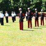 Soldaten in pittoresken rot-blauen Uniformen mit weißem Federbusch am Hut