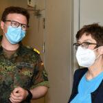 Ein Mann in der Uniform eines Flottillenarztes und eine Frau (sie ist die Bundesministerin der Verteidigung)