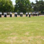 Soldaten in Marineuniformen halten Musikinstrumente