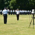 Ein Soldat in Luftwaffenuniform und eine Soldatin in Marineuniform salutieren
