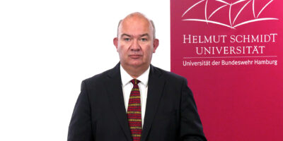 In seiner heutigen Videobotschaft spricht Universitätspräsident Prof. Dr. Klaus Beckmann über die jüngsten Öffnungsschritte gemäß Weisung Nr. 8, Hygienemaßnahmen am Arbeitsplatz und präsentische Lehrangebote im Herbsttrimester 2021.