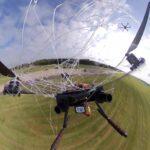 Eine Drohne über der Landebahn wird von einem Netz eingefangen, das eine Abfangdrohne abgeschossen hat