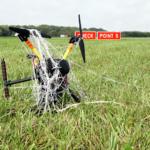 Eine Drohne, die sich in einem Netz verfangen hat.