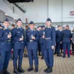 Soldatinnen in Luftwaffenuniform mit einem Sektglas in der Hand