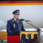 Ein 3-Sterne-General in Luftwaffenuniform, es ist der Inspekteur der Luftwaffe, Generalleutnant Ingo Gerhartz